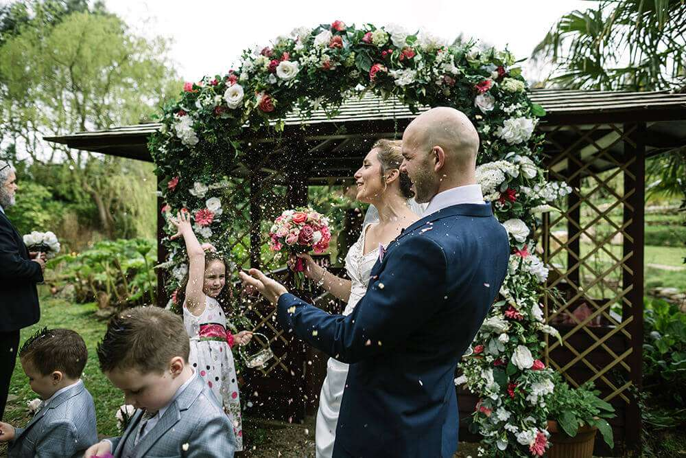 the-emerald-wedding-confetti-outdoor